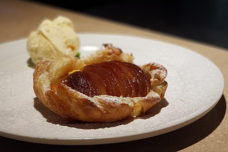 Tartelette de massa folhada com creme de confeiteiro e maçãs carameladas da Trattoria da Rosario