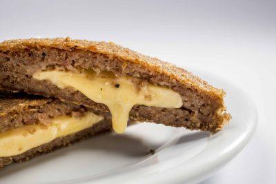 Kibeirute, o famoso quibe recheado com muito queijo do Bar Beirute