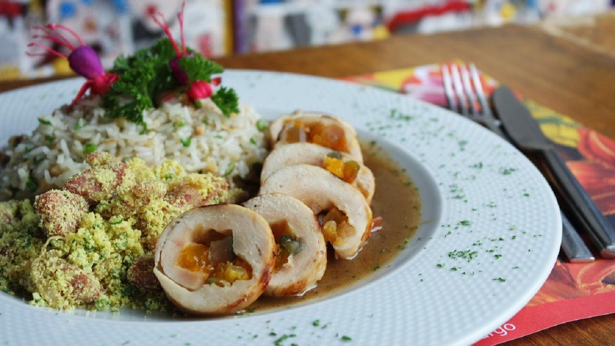 Prato natalino leva peru recheado com farofa e arroz de castanhas