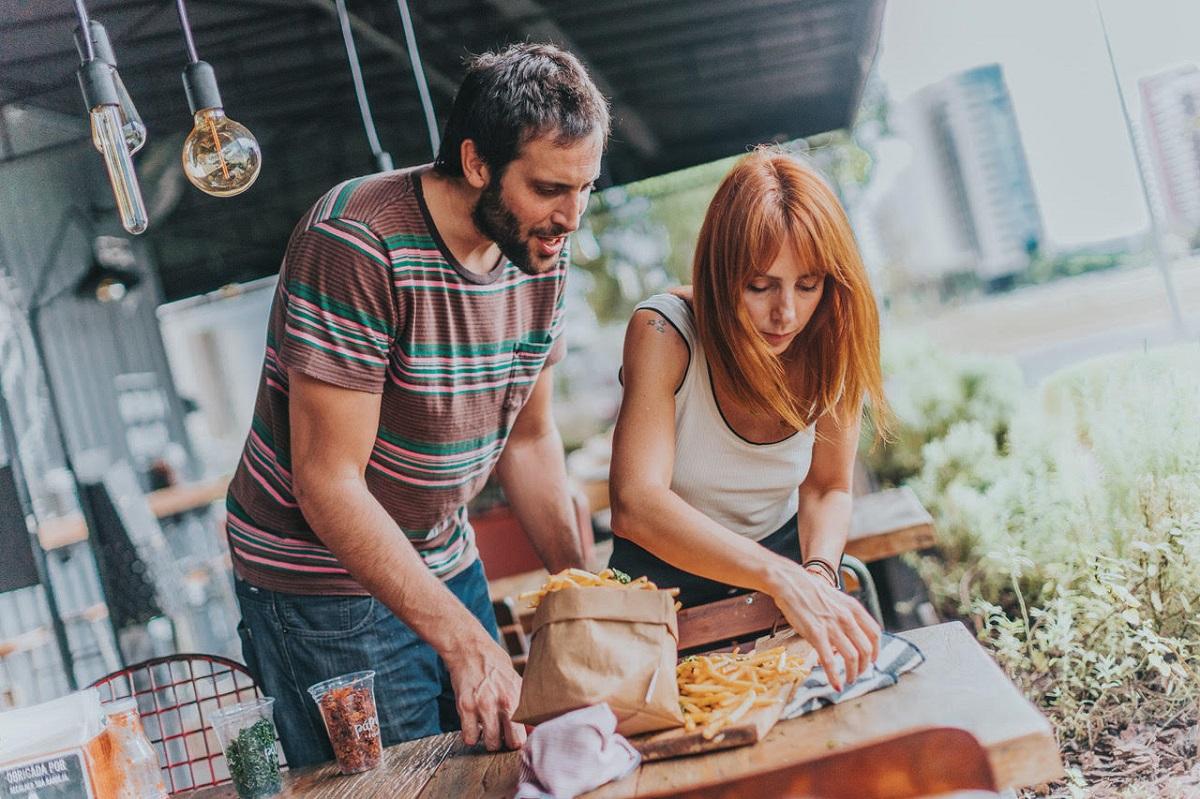 Lucas Arteaga e Bruna Prieto, donos do Páprica Burger
